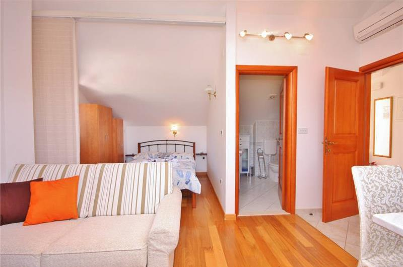 5 Bedroom Villa with Pool in Sumartin, Sleeps 10-12