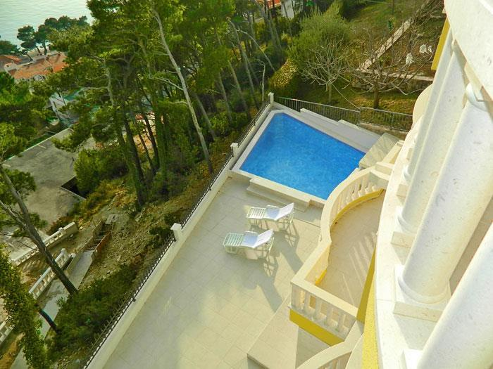 1 Bedroom Apartments in Brela with Shared Pool, Sleeps 2-4