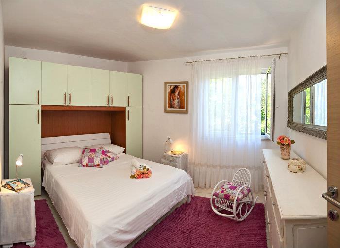 4 Bedroom Beachfront Villa with Pool near Rogoznica, sleeps 8-10