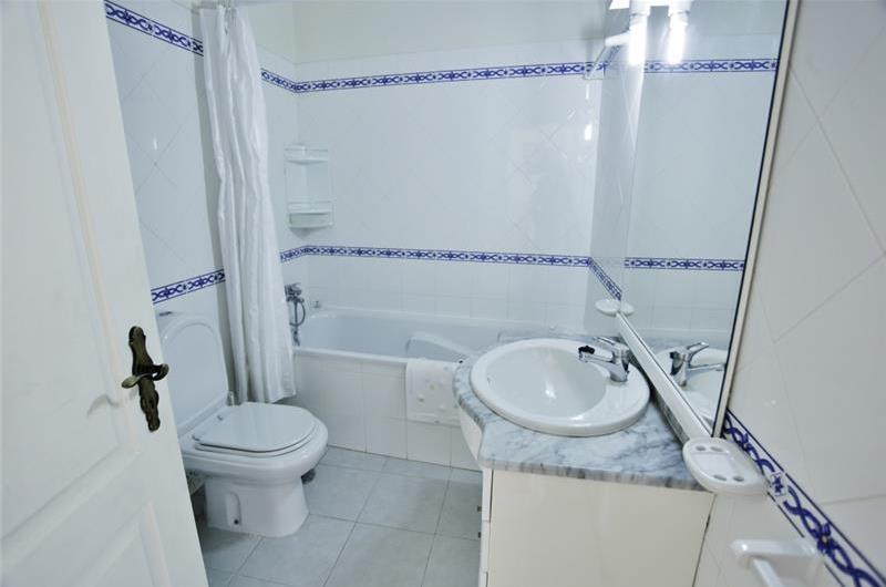 3 Bedroom Villa with Pool near Vale do Lobo, Sleeps 6