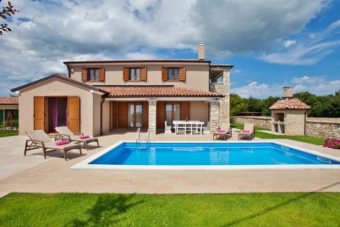 3 Bedroom Istrian Villa with Heated Pool near Sveti Lovrec, sleeps 6-8
