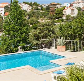 Studio Apartment with Shared Pool near Trogir