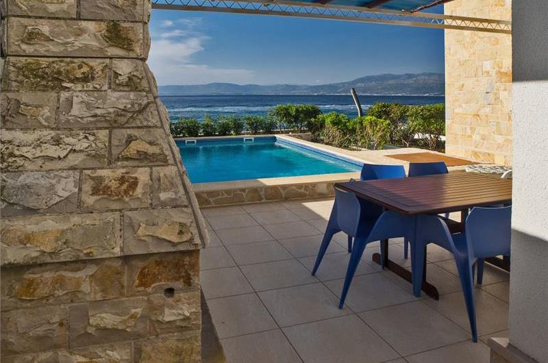 2 Bedroom Seafront villa with pool in Supetar, Brac