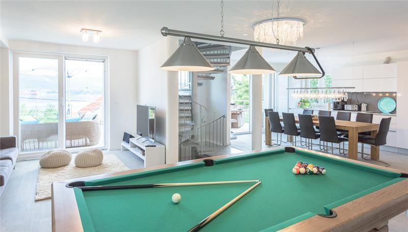 Luxury 4 bed villa with infinity pool in peaceful area on Ciovo island, Trogir, sleeps 9
