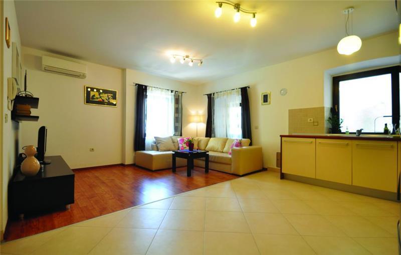 5 Bedroom Townhouse with Pool in Makarska Town, sleeps 10