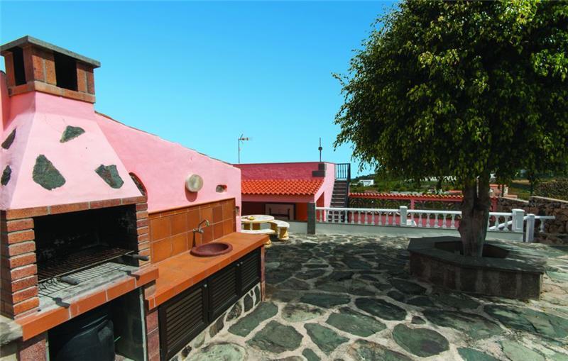 2 Bedroom Villa with Countryside and Sea Views near Arucas, sleeps 6