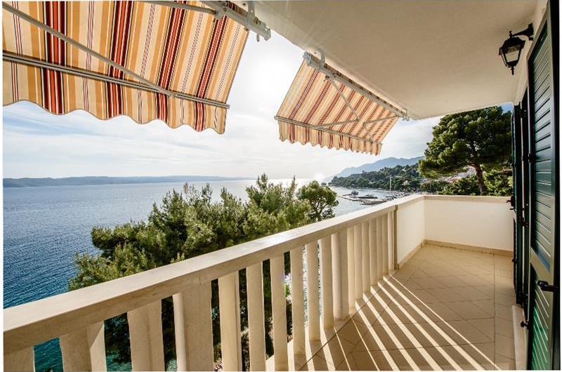 Spacious 3 bed apartment located directly on Brela beach, sleeps 6