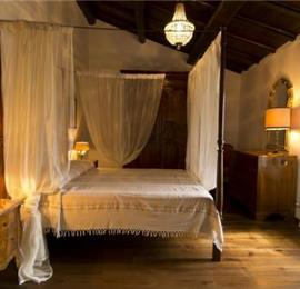 Spacious 6 bedroom villa with pool near Perugia, sleeps 12