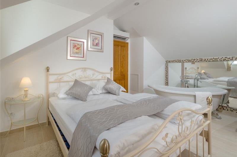 4-bedroom Villa with Heated Pool near Split, sleeps 8-10