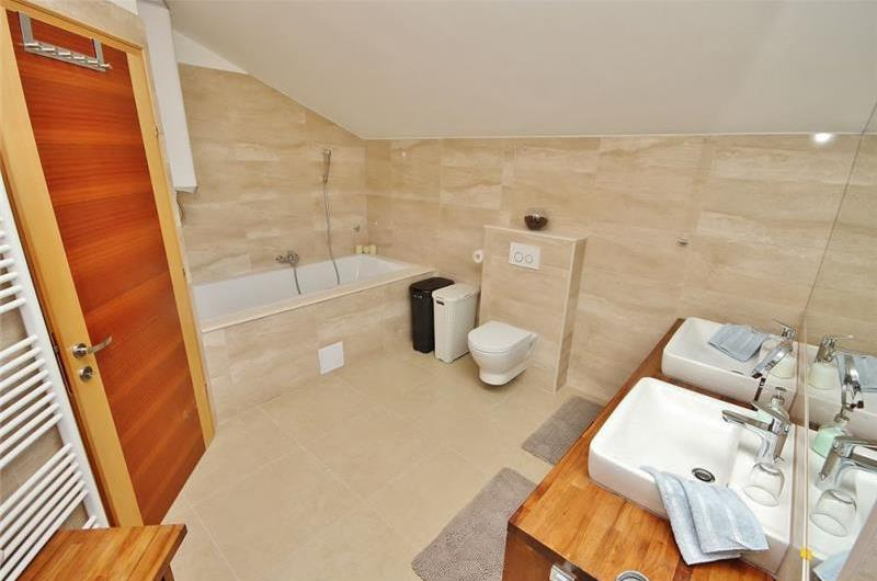 4 Bedroom Villa with Large Pool near Split, sleeps 9