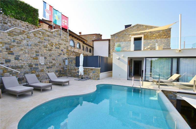 4 Bedroom Luxury Villa Retreat with Heated Infinity Pool near Buje, Sleeps 8-10