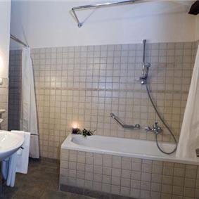 4 bedroom Villa with Pool in Barat, Sleeps 8