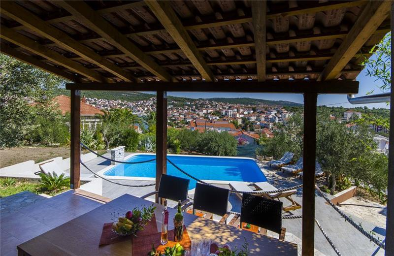3 Bedroom Seaside Apartment with Shared Pool on Ciovo, sleeps 6-8