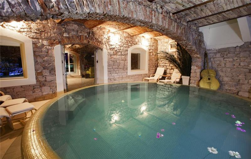 Luxury 4 Bedroom Villa with Indoor and Outdoor Pools in Jelsa, sleeps 8-12