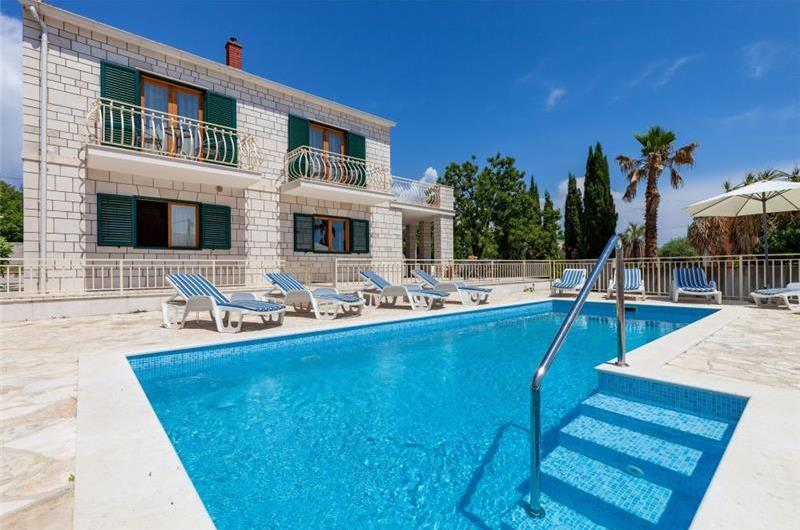 4 Bedroom Seaside Villa with Gated Pool in Sumartin, sleeps 8-10