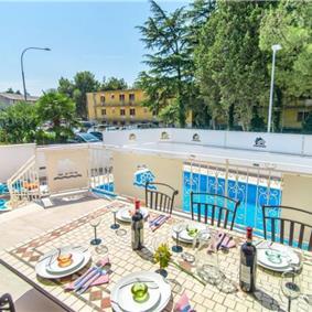 3 Bedroom Seaside Villa with Pool in Novigrad, sleeps 6