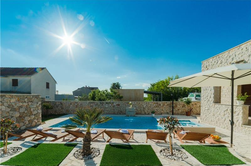 3 Bedroom Villa with Pool in Privlaka, sleeps 6-8