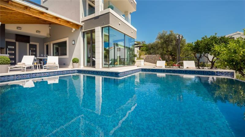 Luxury 4 Bedroom Villa with Infinity Pool on Ciovo Island near Trogir, sleeps 8-10