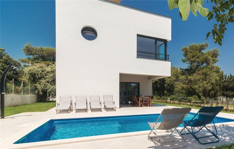 4 Bedroom Villa with Pool in Premantura, sleeps 8-9