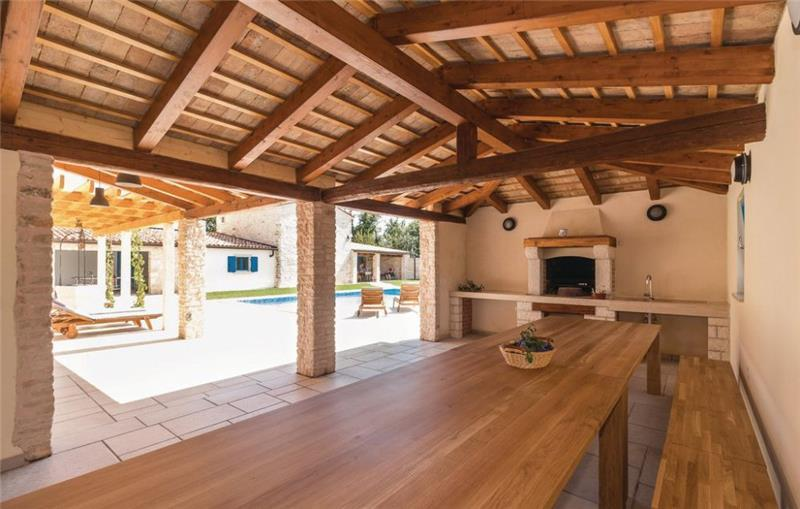 9 Bedroom Villa with Pool in Bokordici near Svetvincenat, sleeps 20