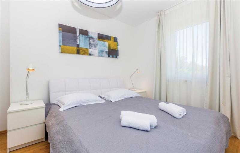 4 Bedroom Villa with Pool in Malinska, Krk Island, sleeps 8