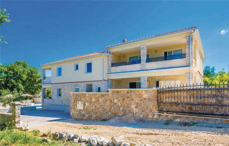 4 Bedroom Villa with Pool in Malinska, Krk Island, sleeps 8