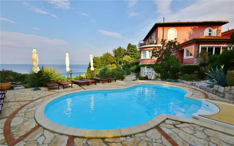 Studio Apartment with Shared Pool near Crikvenica, sleeps 2-4