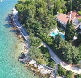 4 Bedroom Luxury Seaside Villa with Pool, Sleeps 8