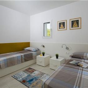 4 bedroom villa with pool near Labin, sleeps 8-9