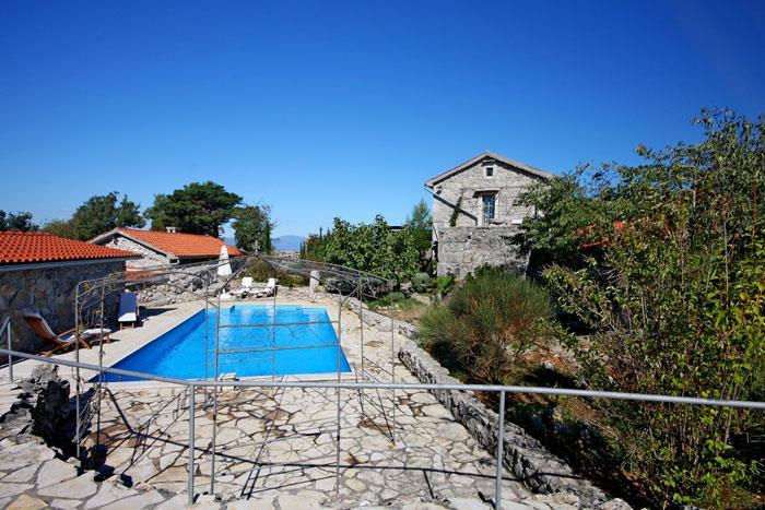 3 bedroom villa with pool near Malinska, Krk, Sleeps 6