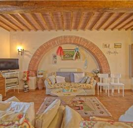 5 Bedroom Villa with Pool near Foiano della Chiana in Tuscany, Sleeps 10-12