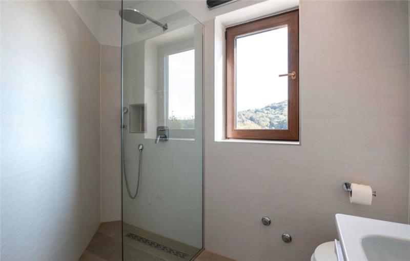 10 Bedroom Villa with Pool near Pula, Sleeps 20