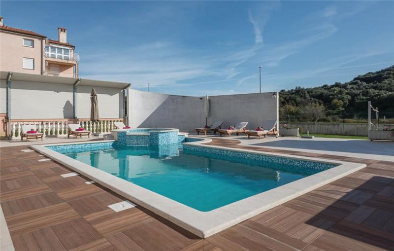 10 Bedroom Villa with Pool near Pula, Sleeps 20