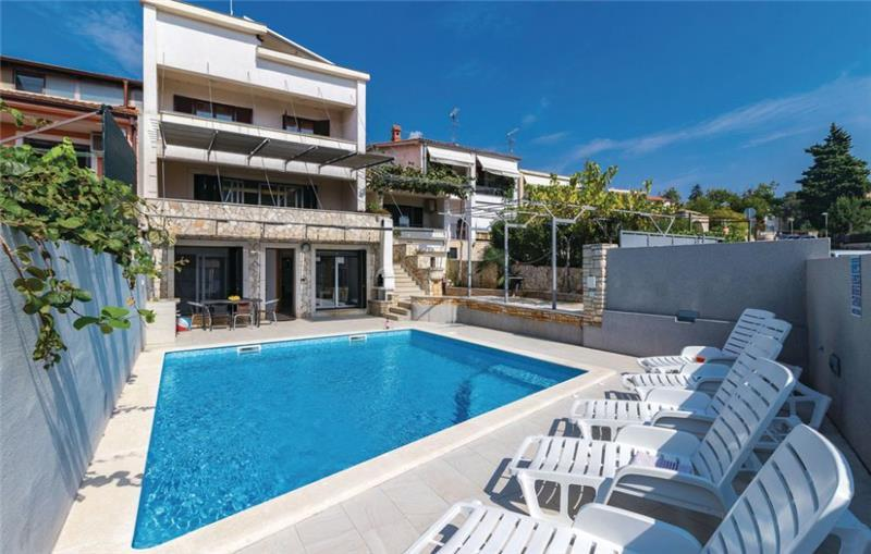 9 Bedroom Villa with Pool near Pula, Sleeps 18