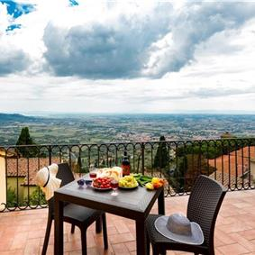 2 Bedroom Apartment with Terrace and Tuscan Views in Central Cortona, Sleeps 4