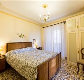 4 Bedroom Apartment with Garden in Cortona Town, Sleeps 8