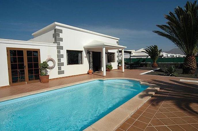 4 Bedroom Villa with Pool in Playa Blanca, Sleeps 8-9