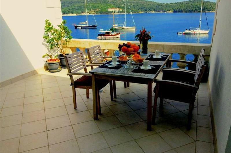 2 Bedroom Seaside Penthouse Apartment with Balcony, Sleeps 4
