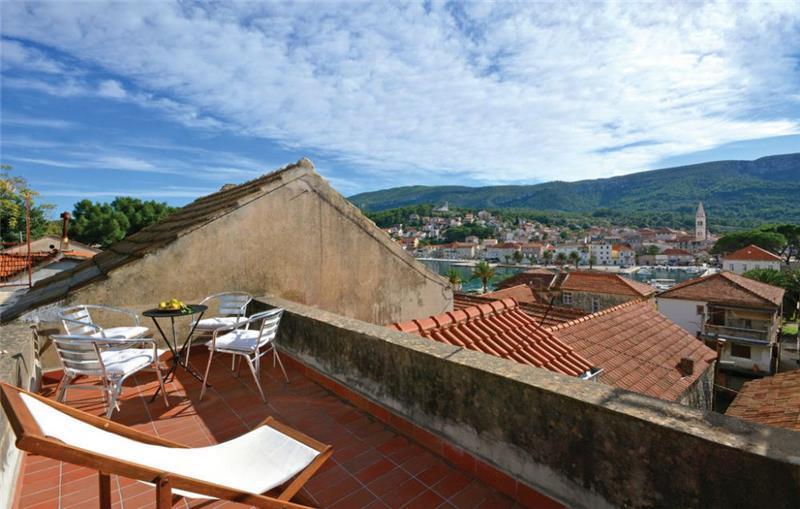 2 Bedroom Villa with Balcony and Roof Terrace in Jelsa, Sleeps 4