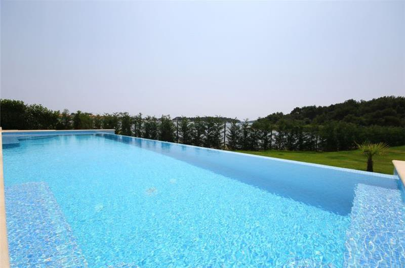 2 bedroom Apartments with pool in Medulin, Sleeps 4-5