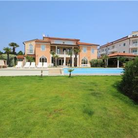 2 bedroom Seaside Apartments with pool in Medulin, Sleeps 4-5