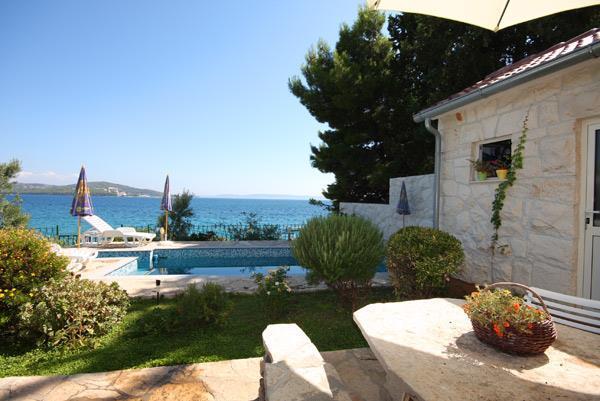 2 Bedroom Apartment with Shared Pool in Seget Vranjica near Trogir, sleeps 4