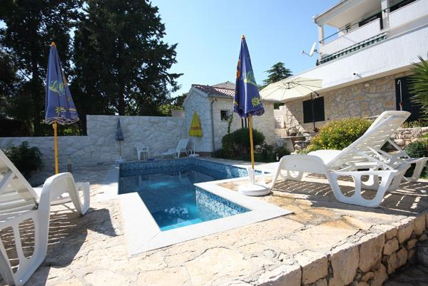 2 Bedroom Apartment with Shared Pool in Seget Vranjica, sleeps 4-5