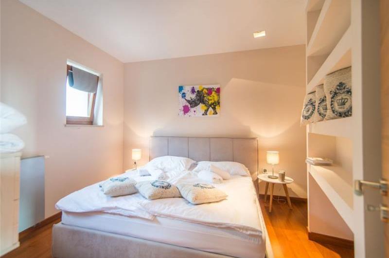 3 Bedroom Villa with Pool and Sea View in Vodnjan, Sleeps 6-7