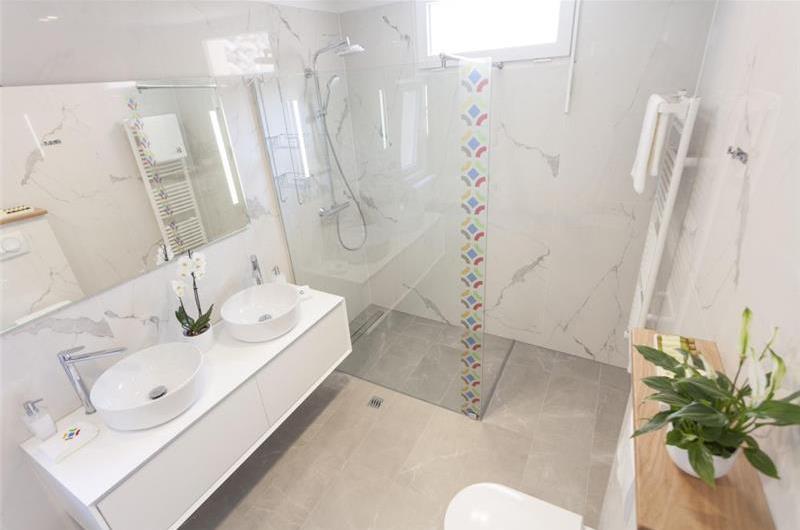 2 Bedroom Apartment with Terrace in Makarska, Sleeps 4-6