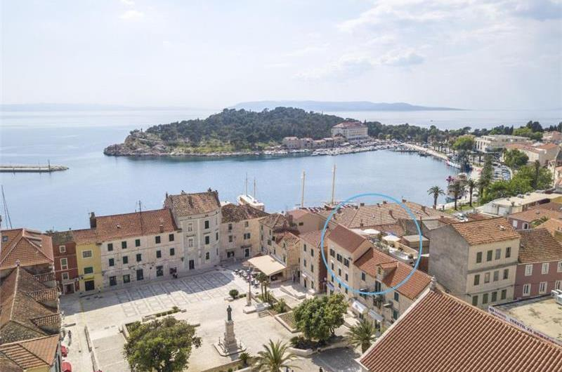 2 Bedroom Apartment with Terrace in Makarska, Sleeps 4-6