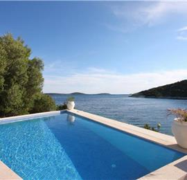 2 Bedroom Apartment with Shared Pool in Uvala Ljubljeva nr Trogir, Sleeps 4
