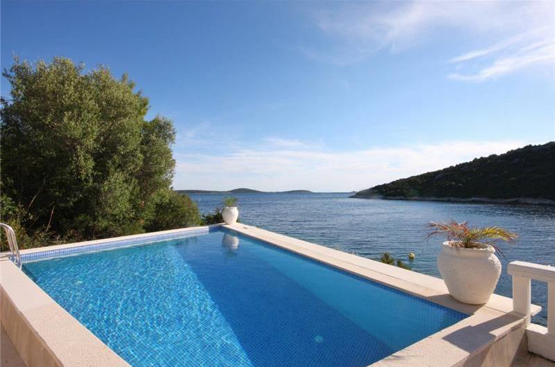 6 Bedroom Waterfront Villa with Pool in Uvala Ljubljeva nr Trogir, Sleeps 12-13