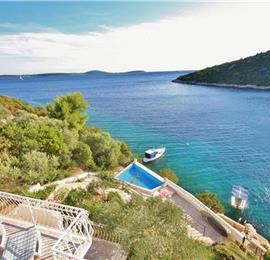 2 Bedroom Apartment with Shared Pool in Uvala Ljubljeva nr Trogir, Sleeps 4-5