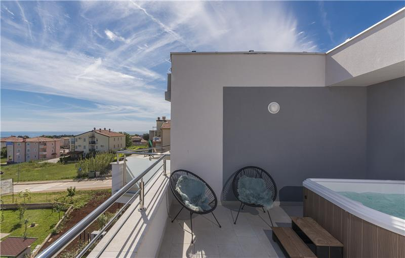 3 Bedroom Apartment with Pool, Garden and Rooftop Jacuzzi in Novigrad, Sleeps 6